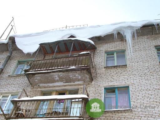 В Кирове на девушку с крыши упала снежная масса