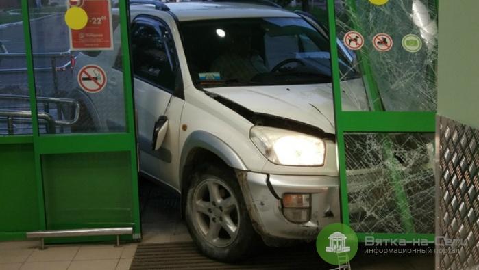 В Кирово-Чепецке машина влетела в двери «Пятерочки»