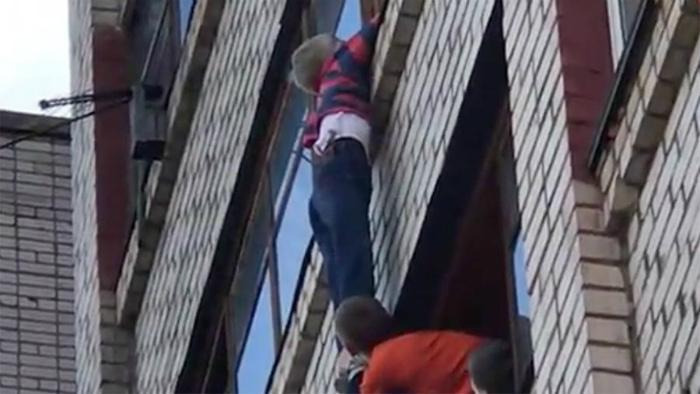 В Кирове ребенок полчаса провисел на балконе шестого этажа