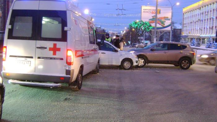 Вцентре Кирова шофёр скорой спровоцировал двойное ДТП