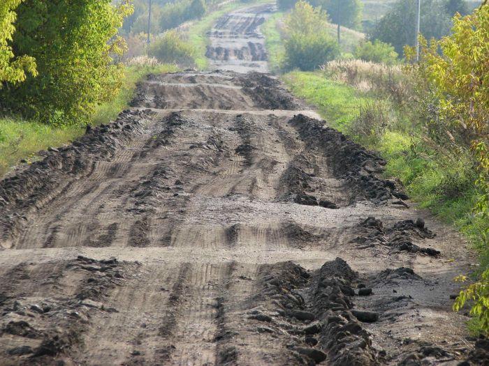 Из-за строительства 4 км щебеночной дороги подрядчики почти разрушили 20 км асфальтированной