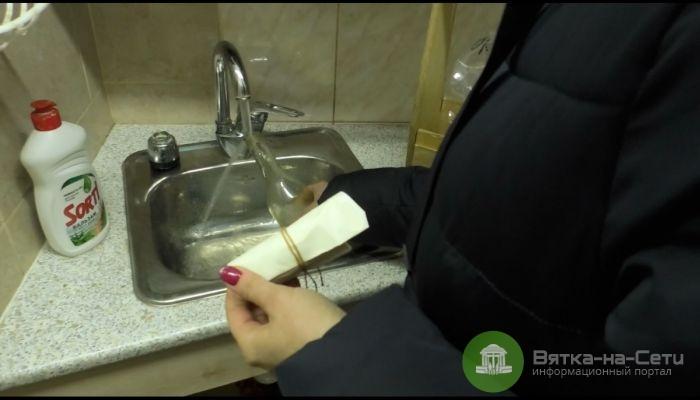 Кировчане снова жалуются на запах воды из-под крана