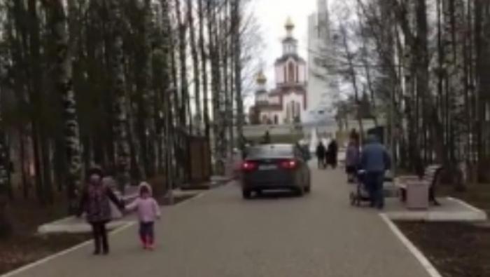 В кировском парке Победы иномарка ездила прямо по пешеходным дорожкам (видео)