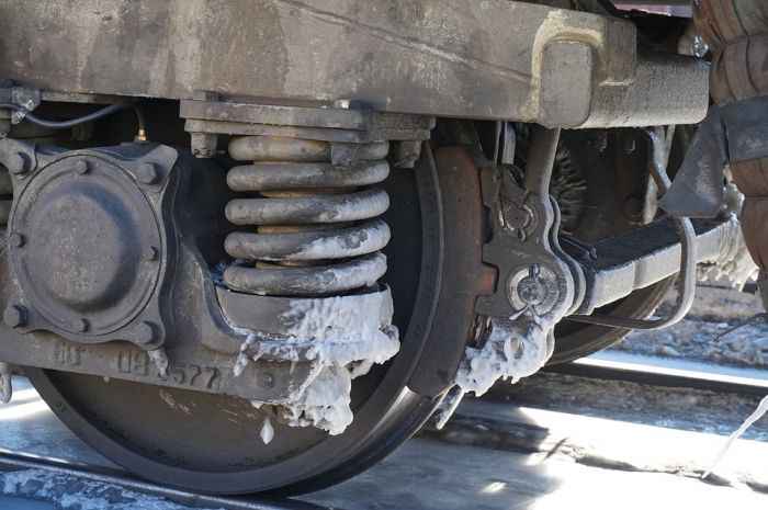 В Кирове 4 мужчин попытались украсть из депо новые железнодорожные колодки