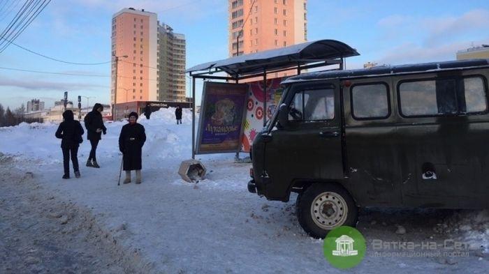 В Кирове УАЗ врезался в остановку, есть пострадавшие