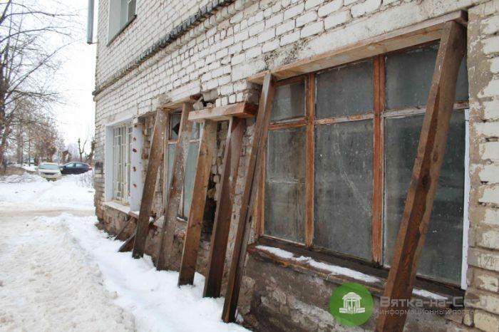 Пробуждение желания: администрация захотела отремонтировать дом с разрушающейся стеной на Октябрьском проспекте