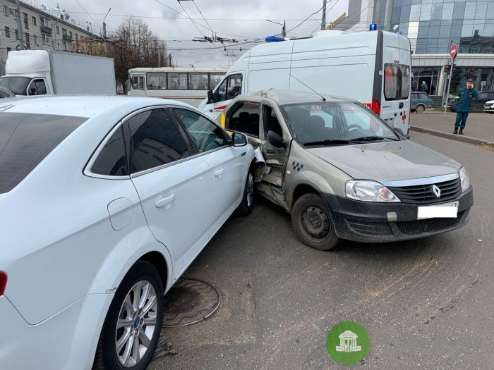 В Кирове около ЦУМа в аварии пострадали трое подростков