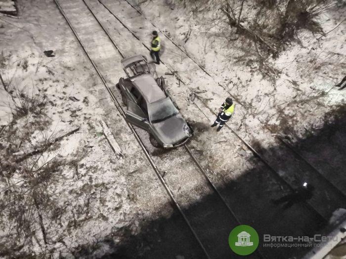В Кирове машина упала с моста на железнодорожные пути