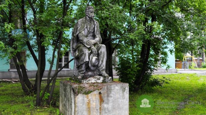 Кировчан просят помочь в реставрации памятника Горькому в Нововятске
