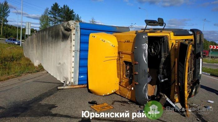 На трассе в Юрьянском районе опрокинулся грузовик