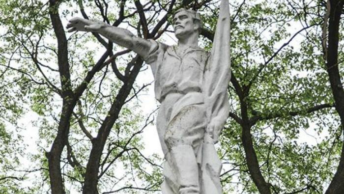 Кировские верующие просят перенести памятник Халтурину в СИЗО