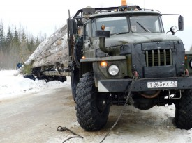 Из-за лесовоза в Опаринском районе образовалась пробка из 100 машин