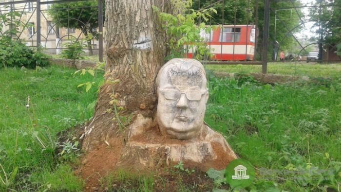 В кировском сквере нашли вырезанную из дерева голову