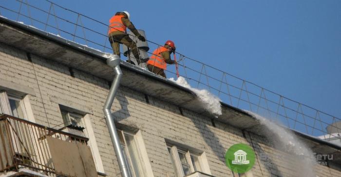 Кировским УК поручили полностью очистить крыши от снега