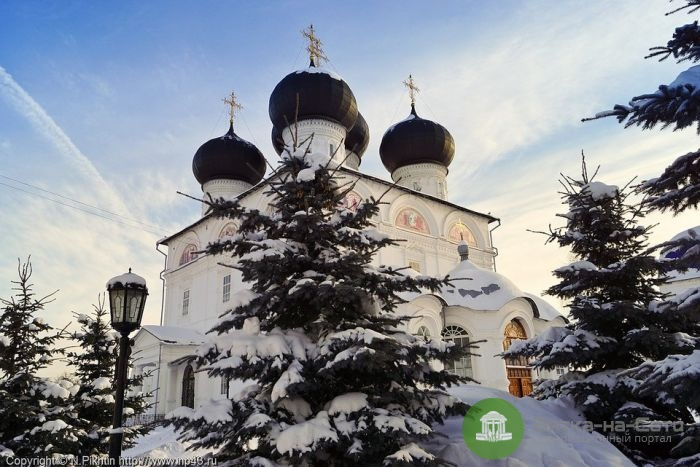 С территорий кировских храмов вывезли более 3 тысяч кубометров снега