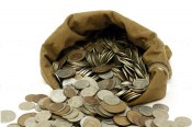 Кировчанин заплатил долг шестнадцатью мешками монет