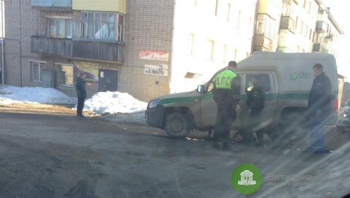 В Омутнинске женщина погибла под колесами машины инкассаторов