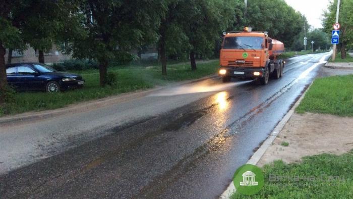 В Кирове началась влажная уборка улиц