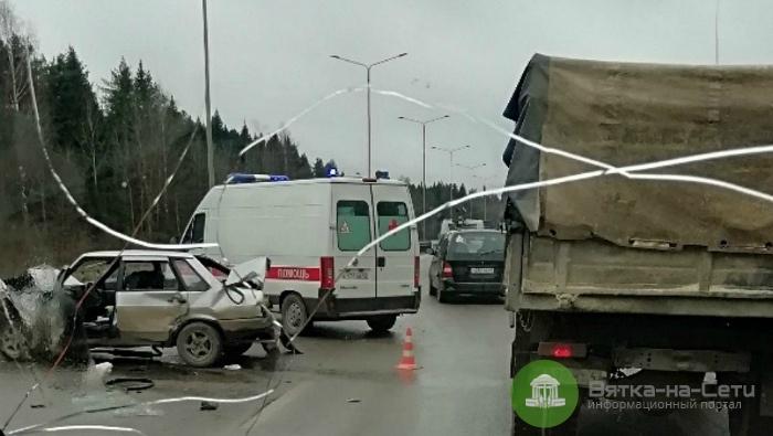 На Советском тракте ВАЗ столкнулся с двумя КамАЗами