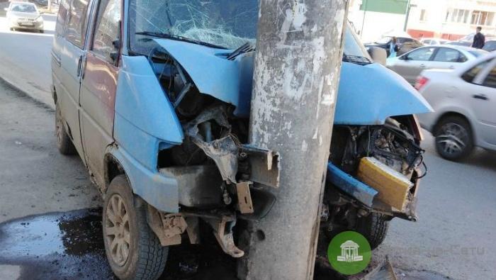 На улице Щорса в Кирове Volkswagen врезался в столб