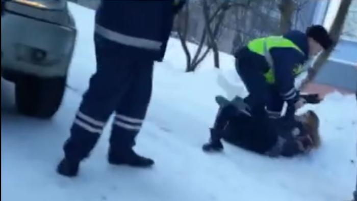 Пьяные кировчанки напали на полицейских после «вписки» (видео)