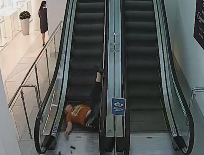 Пьяный кировчанин упал с эскалатора в ЦУМе (видео)