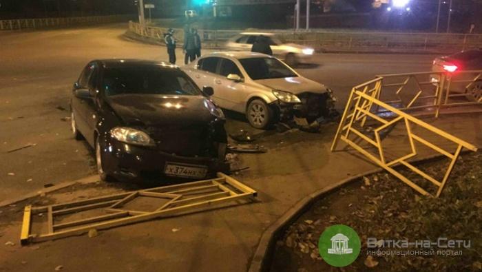 На улице Луганской в Кирове две иномарки снесли ограждение