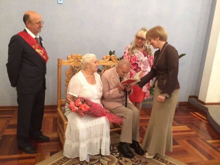 Во Дворце бракосочетания чествовали юбиляров семейной жизни