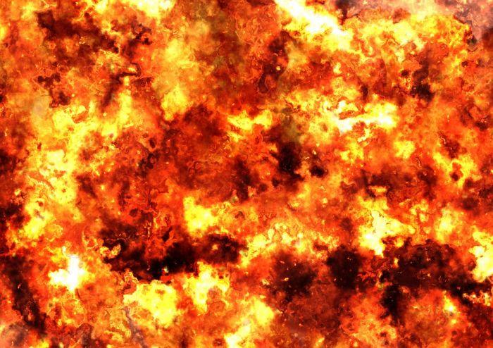 Мужчина спалил свой гараж и авто, пытаясь разогреть двигатель электровентилятором