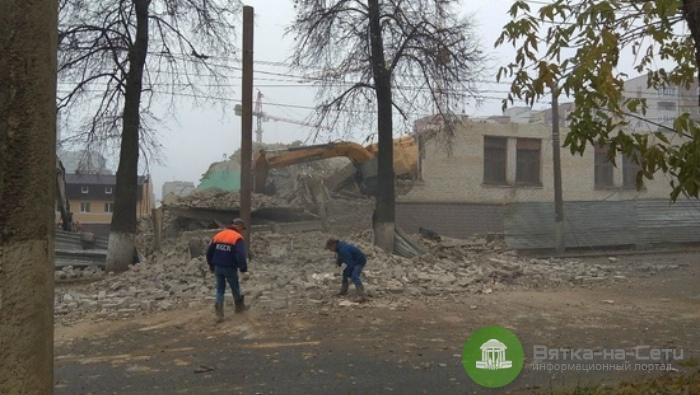 В Кирове при сносе здания на дорогу обрушилась часть стены