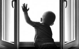 Полуторогодовалый ребенок выпал из окна второго этажа