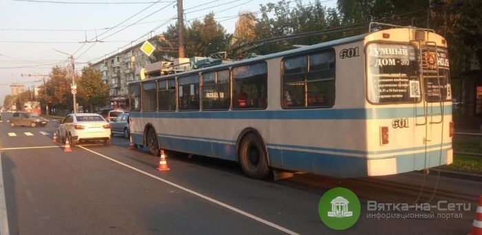 В Кирове троллейбус попал в тройное ДТП