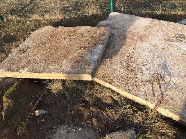 На 9-летнюю девочку упала бетонная плита