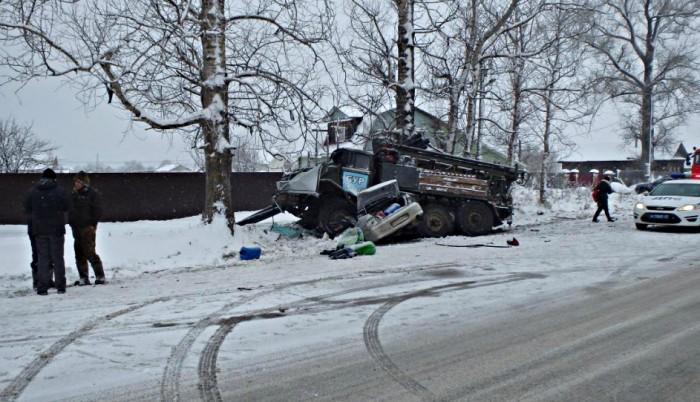 В Кировской области легковушка врезалась в ЗИЛ: погибли два человека
