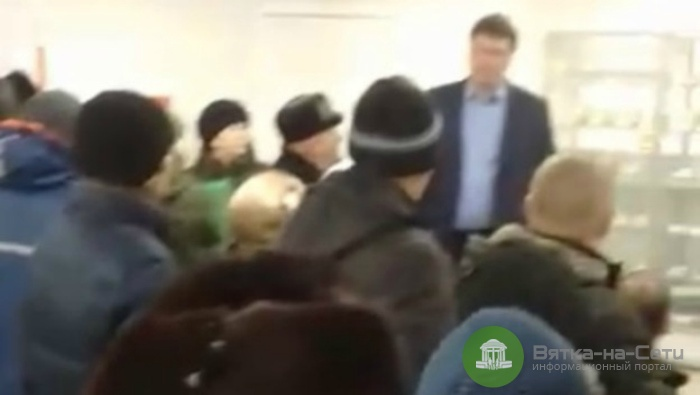 В Вятских Полянах мужчину, снимавшего очередь в «Энергосбыте», силой выгнали из офиса (видео)