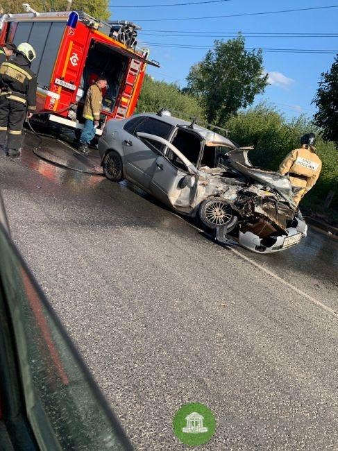 В Кирове серьезное ДТП на Луганской: пассажир зажат в салоне