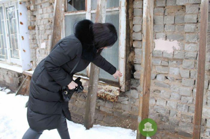 В доме на Октябрьском проспекте стена держится на деревянных подпорках