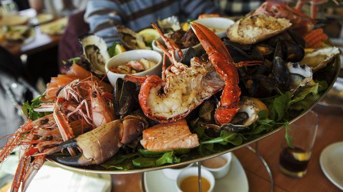 Морепродукты — отличное дополнение для праздничного стола
