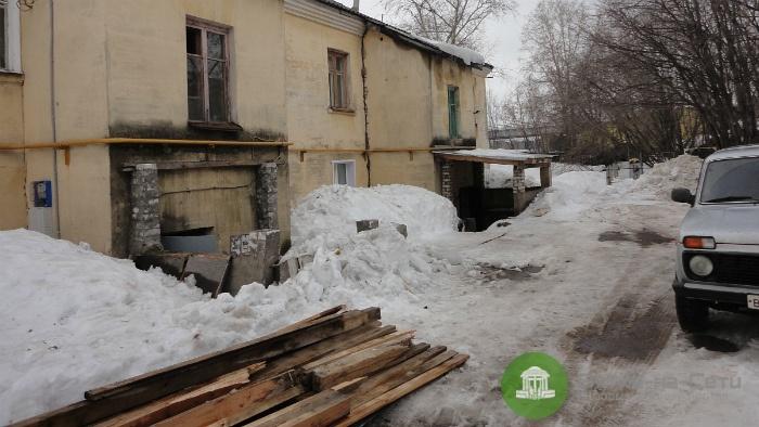 В доме на ул. Комсомольской обрушился второй козырек подъезда