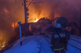 Пожар перекинулся на гаражи местных жителей