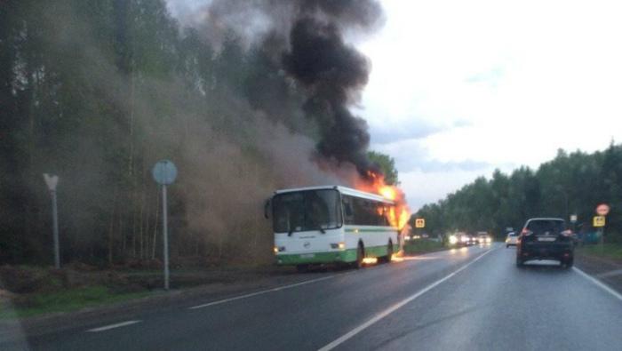 На трассе Киров-Слободской во время движения загорелся автобус