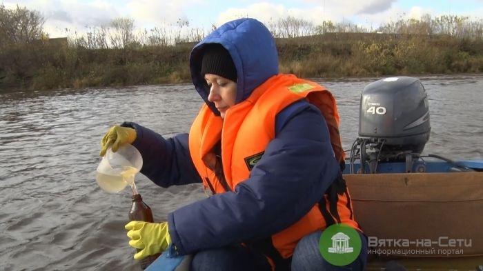 Роспотребнадзор взял пробы воды из Вятки, чтобы найти источник загрязнения