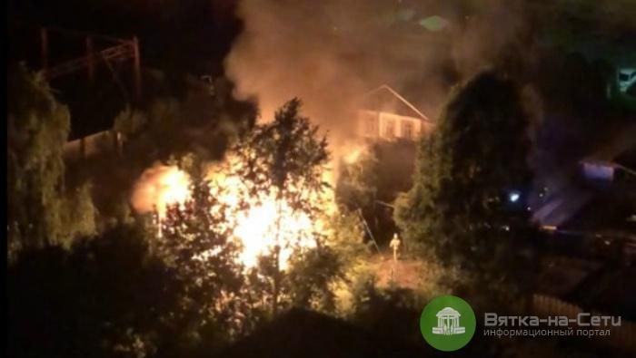 Крупный пожар на улице Милицейской в Кирове сняли на видео
