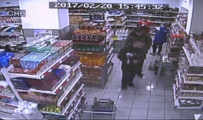 Полиция ищет похитителей терминала из магазина (видео)