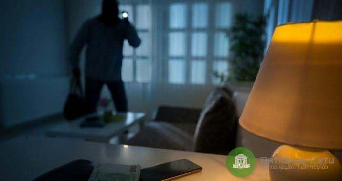 В Оричевском районе женщина не смогла разбудить знакомого и вместо этого украла его деньги