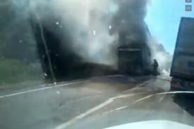 В Кировской области на трассе загорелась фура с прицепом